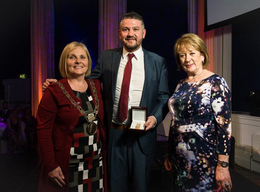 Winner JP Swaine with an tArdmhéara Críona Ní Dhálaigh and Councillor Mary Freehill